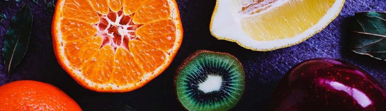 Orange, kiwi, citron et pomme rouge